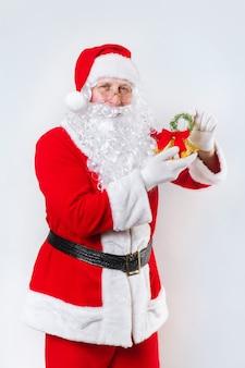 Papai noel tocando um sino em um branco, época de natal,