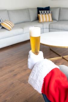 Papai noel tomando uma cerveja antes do natal