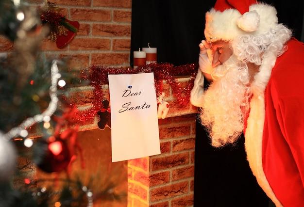 Papai noel trouxe presentes para o natal e para descansar junto à lareira. decoração de casa