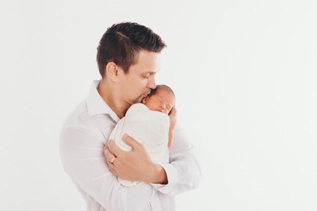 Papai segura o bebê nos braços. o conceito de educar o pai de crianças pequenas, infância feliz, uma família amigável.