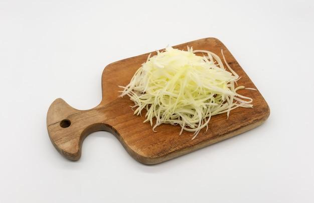 Papaia crua da fragrância pronta para a salada picante tailandesa, som-tum, isolada no espaço branco.