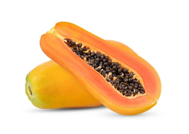 Papaia madura com sementes isoladas no fundo branco