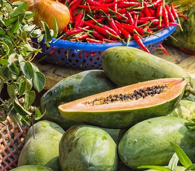 Papaia madura e pimenta vermelha