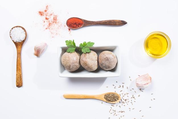 Papas arrugadas com mojo. prato típico das canárias, batatas com mojo picon. conceito típico de tapas espanholas e canárias.