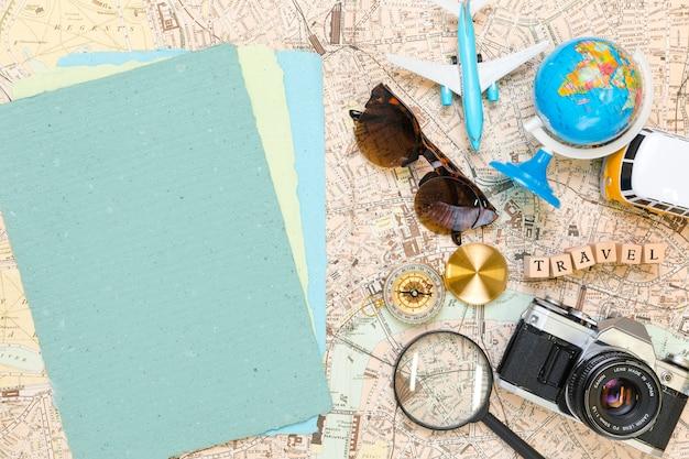 Papéis ao lado de elementos de viagem