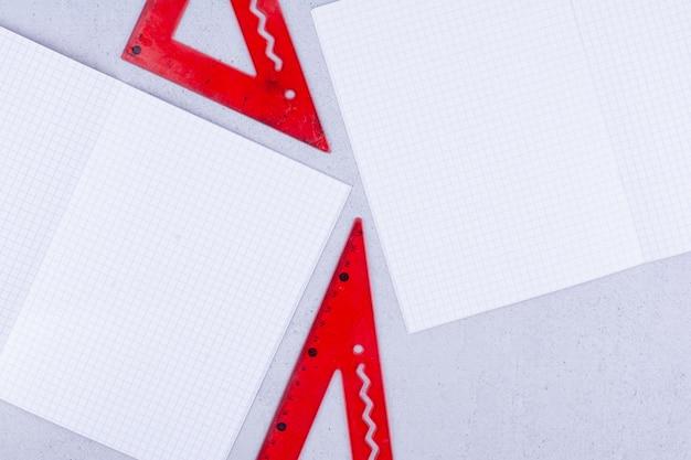 Papéis brancos em branco com réguas vermelhas.