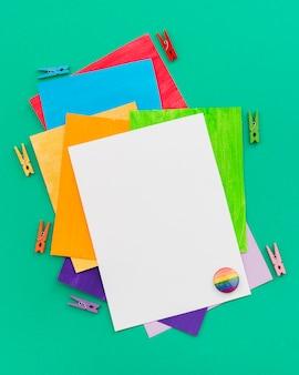 Papéis coloridos do mundo feliz dia do orgulho