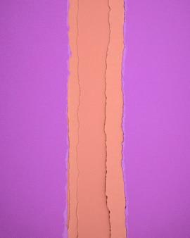 Papéis de cor roxa hopbush com fundo abstrato da textura de papéis rasgados amarelos queimados.