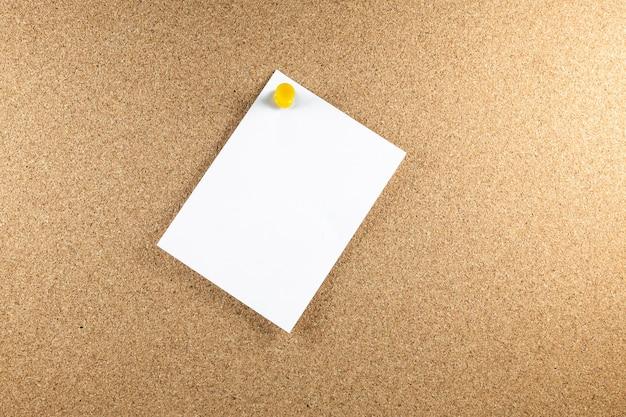 Papéis de nota branca em branco são fixados a uma placa de cortiça