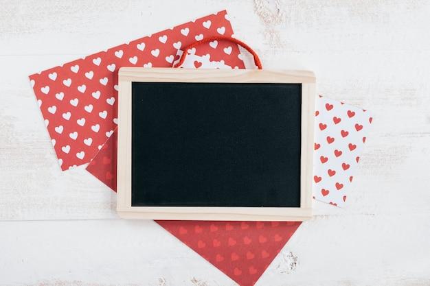 Papéis de padrão de coração com quadro negro