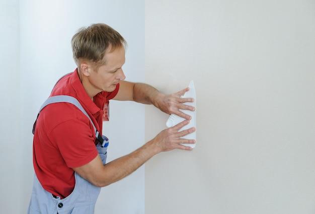 Papéis de parede colando trabalhador