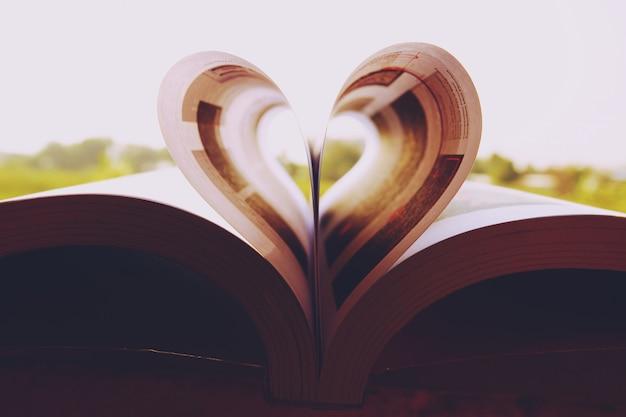 Papéis de parede de livro de coração close-up