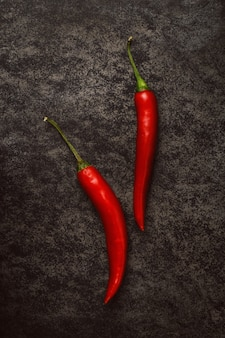 Papéis de pimentão vermelho no escuro