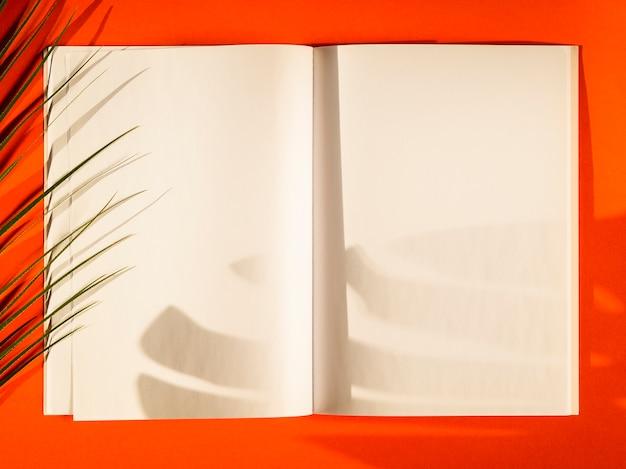 Papéis em branco de close-up com fundo vermelho