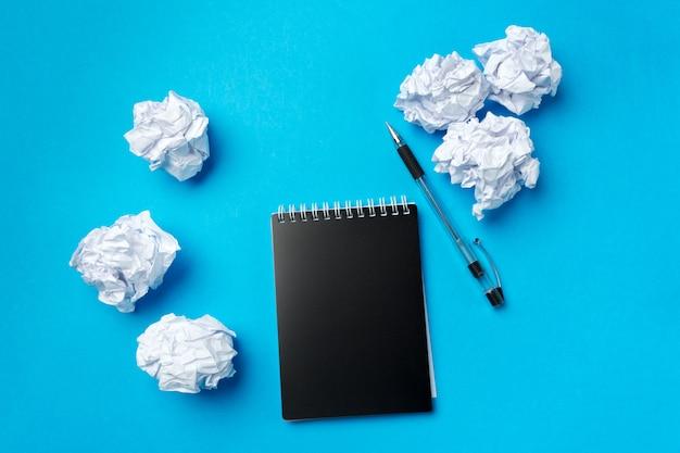 Papéis em branco e caneta com papel amassado