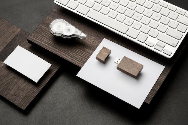 Papéis em branco e cartão de memória