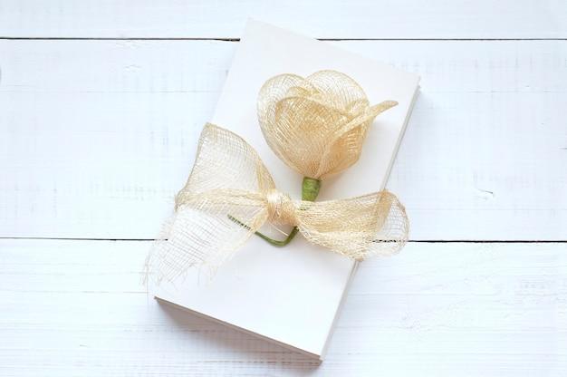 Papéis em branco para escrever cartas amarradas com uma fita de ráfia