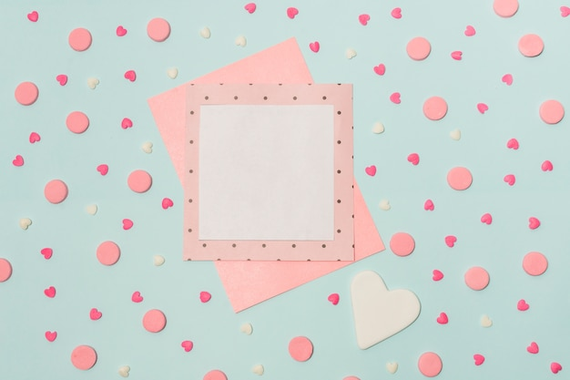 Papéis entre símbolos de corações e rodadas decorativas