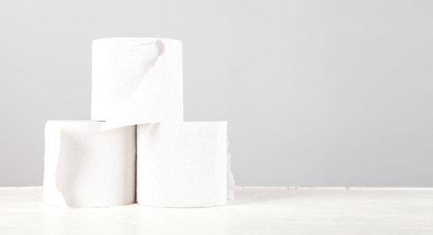 Papéis higiênicos brancos na mesa branca.