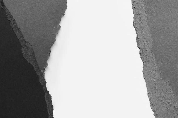 Papéis rasgados em preto e branco