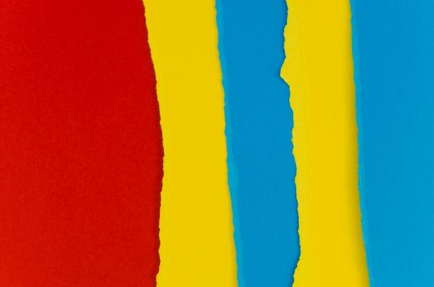 Papéis rasgados vermelhos e azuis