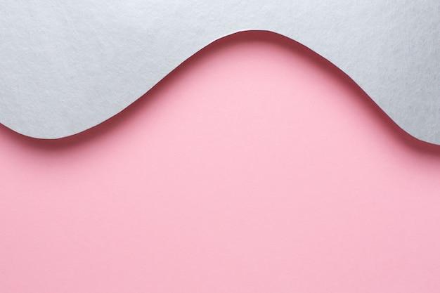 Papel abstrato cortado de ondas de prata em rosa