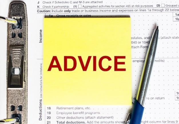Papel amarelo com conselhos em texto. conceito de negócios.
