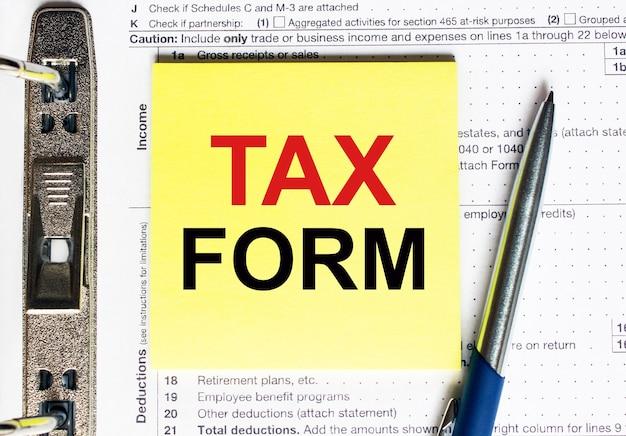 Papel amarelo com texto, formulário fiscal, conceito