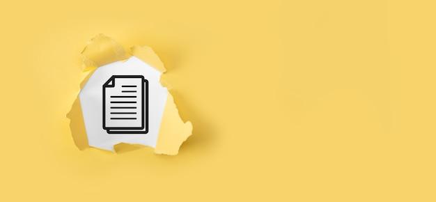 Papel amarelo rasgado com documento na superfície branca