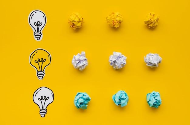 Papel amassado colorido e desenhos de lâmpada