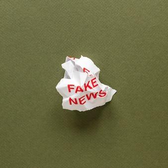 Papel amassado com mensagem de notícia falsa