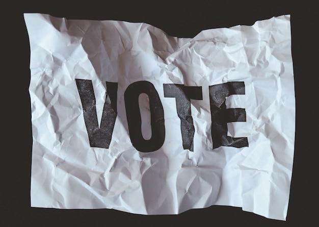 Papel amassado com voto de palavra impresso, colapso do conceito de democracia