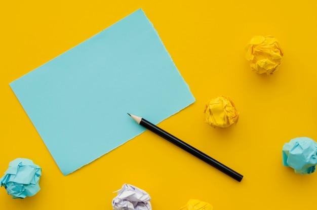 Papel amassado e cópia de mock-up espaço com lápis