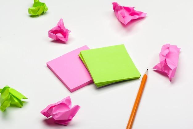 Papel amassado na mesa branca de brainstorming no conceito de escritório