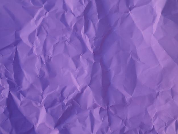 Papel amassado roxo. fundo e textura,