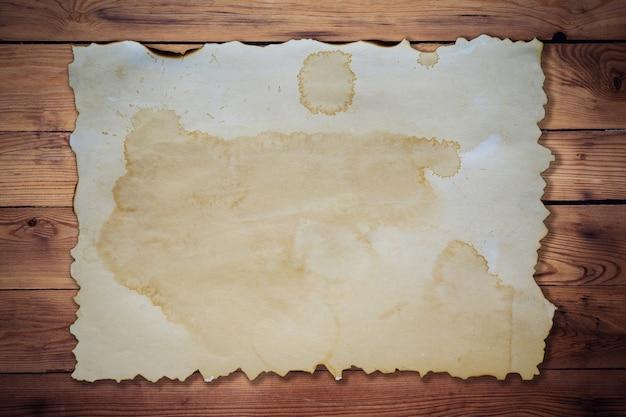 Papel antigo sobre fundo de madeira e textura com espaço.