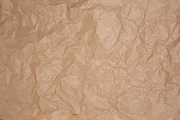 Papel artesanal amarrotado marrom, fundo de textura de artesanato.