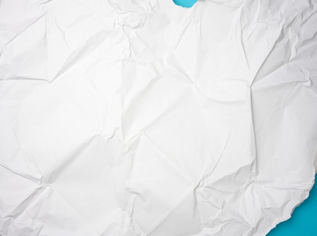 Papel branco amassado com bordas rasgadas