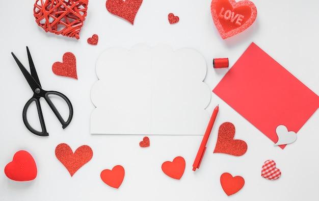 Papel branco com corações brilhantes