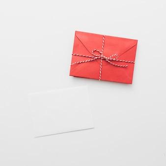Papel branco com envelope vermelho