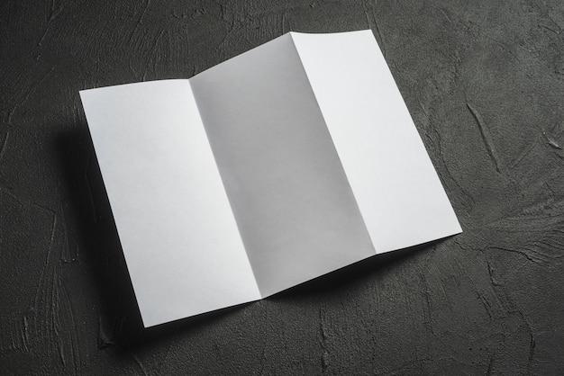 Papel branco dobrado na textura concreta