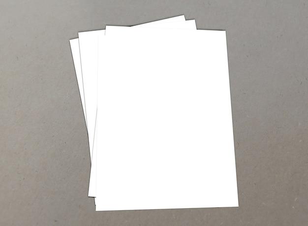 Papel branco em branco a-4 panfletos em fundo
