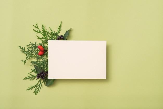 Papel branco em branco. saudação de feriado. decoração festiva de zimbro.