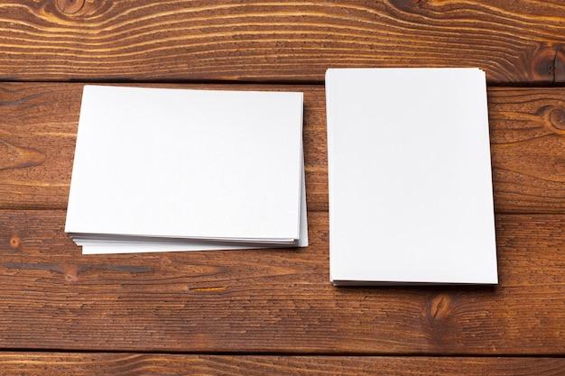 Papel branco em branco simulado acima