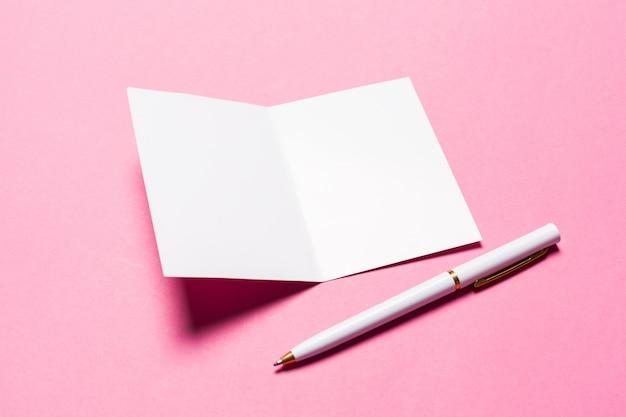 Papel branco em rosa