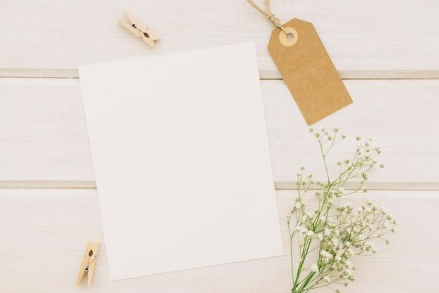 Papel branco, rótulo, pinças e buquê