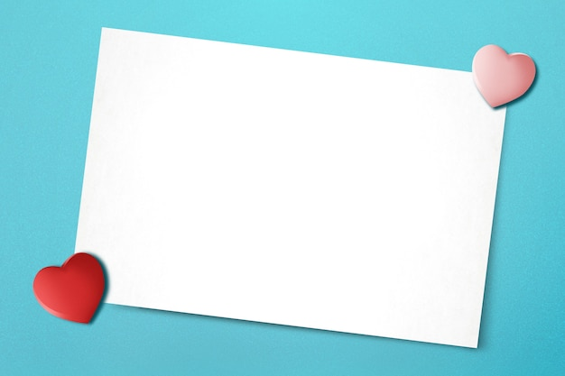 Papel branco vazio e coração com um fundo colorido. dia dos namorados. espaço vazio para o espaço da cópia