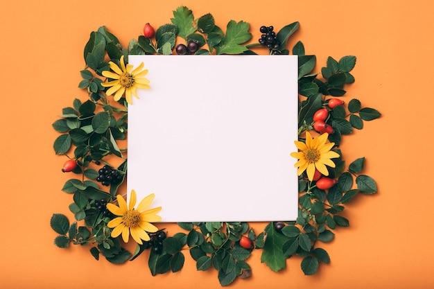 Papel branco vazio. feriado. decoração floral festiva.