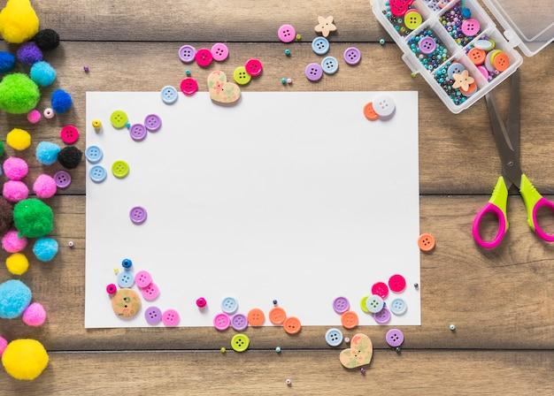 Papel cartão branco decorado com botões coloridos e miçangas
