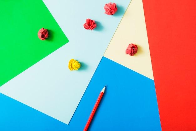 Papel cartão colorido com lápis e papel amassado